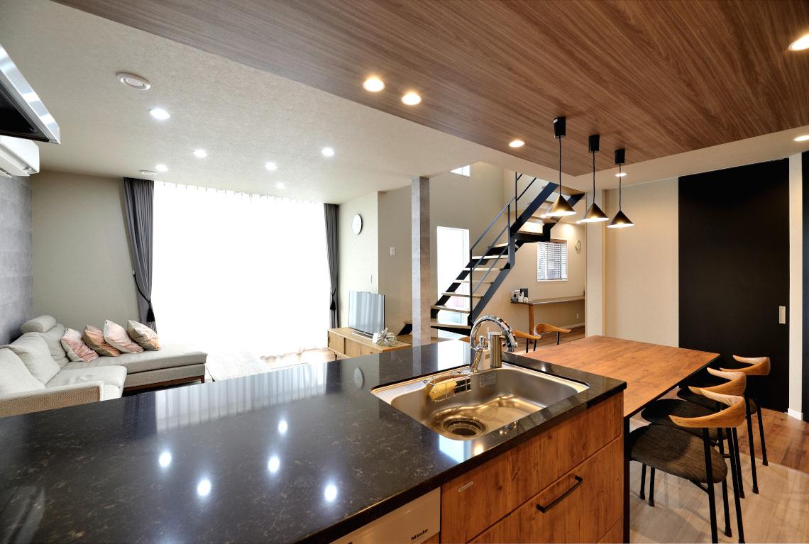夢を叶えた理想のキッチンデザインと性能を備えた家