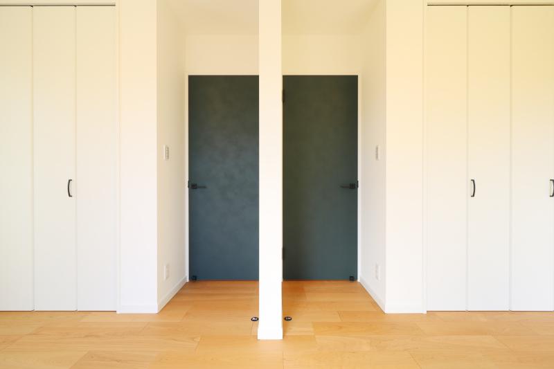 【当社建物施工例】2つのクローゼットと2つのドアがあるキッズルームは将来的に間仕切り可能