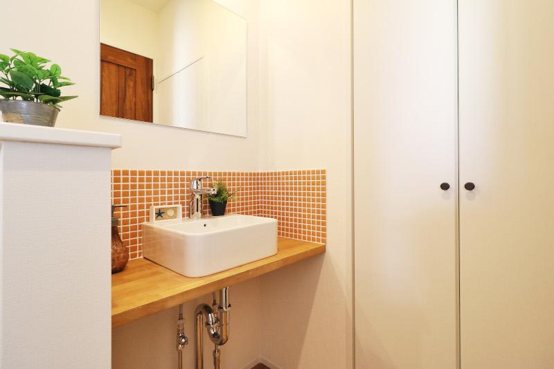 【当社建物施工例】玄関を入ってすぐにある手洗い器は帰宅後に手洗いができるので便利