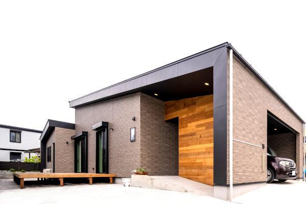 アウトドアを楽しめるウッドデッキのある完全バリアフリーの平屋住宅